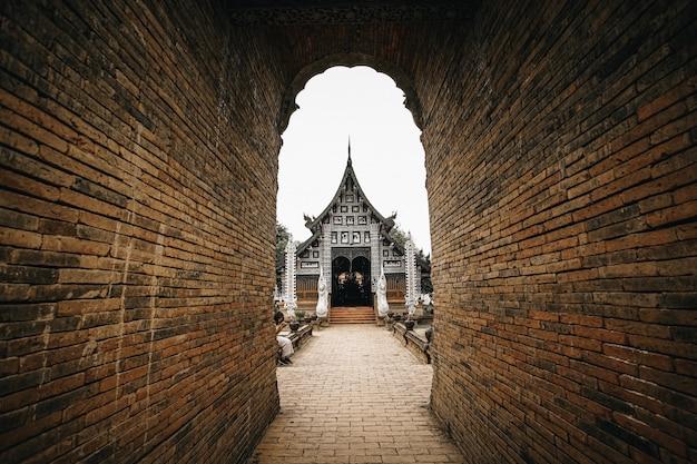 Wat lok molee al tramonto, uno dei più antichi templi di chiang mai, in thailandia