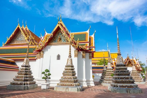 Wat pho è il più famoso tempio della thailandia per i turisti a bangkok, in tailandia