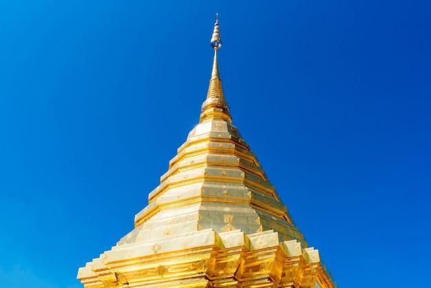 Wat phra that doi suthep con cielo blu in chiang mai, tailandia