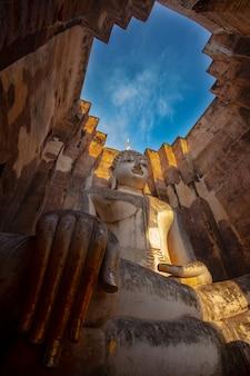 Wat si chum è un sito storico del tempio nel parco storico di sukhothai, provincia di sukhothai, tailandia