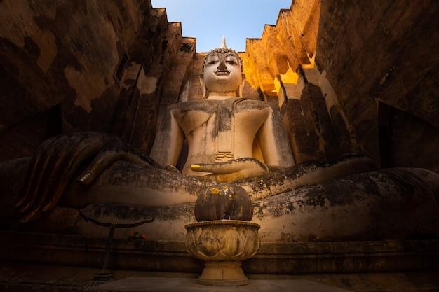 Wat si chum, phra achana al parco storico di sukhothai, tailandia
