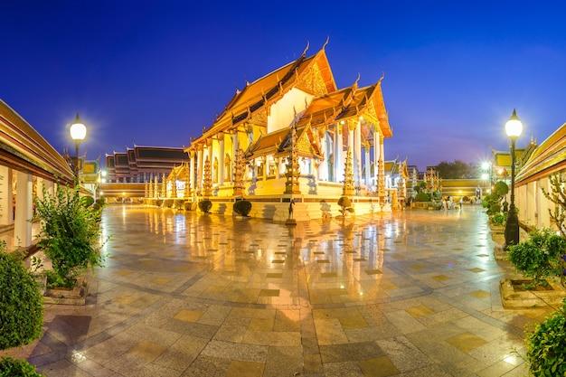 Wat suthat thepphawararam con cielo blu a tempo crepuscolare a bangkok, tailandia