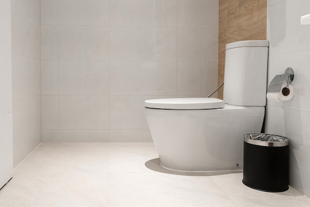 Wc bianco in bagno