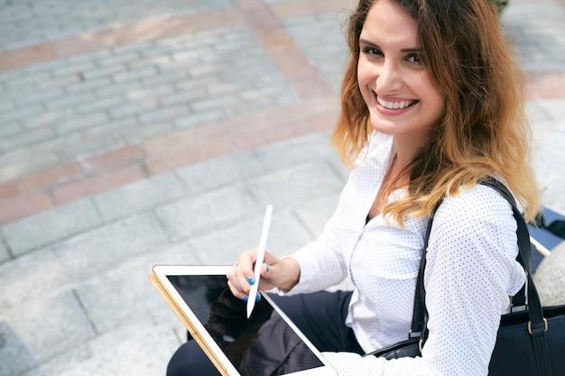 Web designer che disegna sulla strada