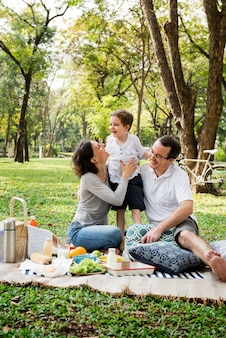 Weekend per famiglie lifestyle di picnic happiness