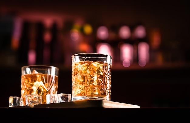 Whisky bevande con ghiaccio in un lounge bar
