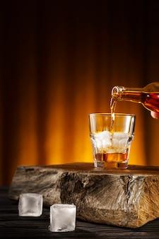 Whisky cocktail con ghiaccio
