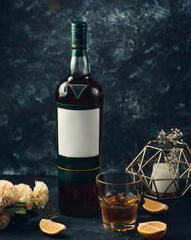 Whisky con fettine di limone sul tavolo