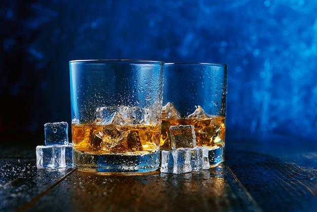 Whisky con ghiaccio in bicchieri moderni
