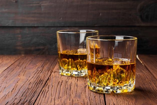 Whisky con ghiaccio in due bicchieri