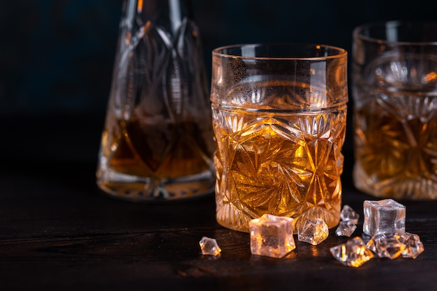 Whisky in vetro con ghiaccio
