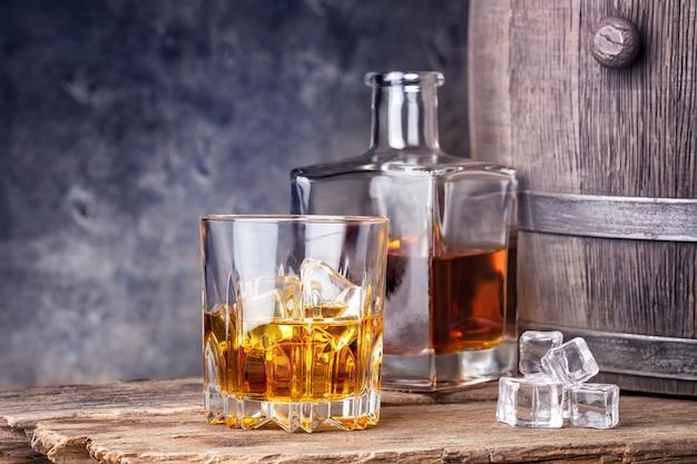 Whisky in vetro e ghiaccio