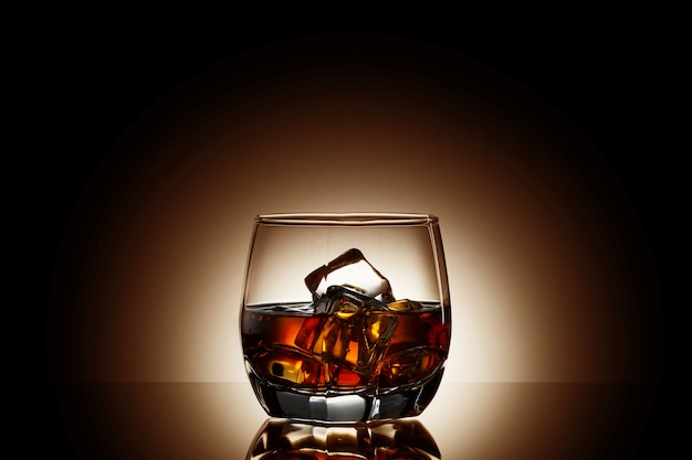 Whisky su sfondo nero