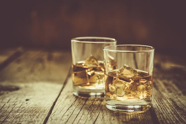 Whistey con ghiaccio nei bicchieri
