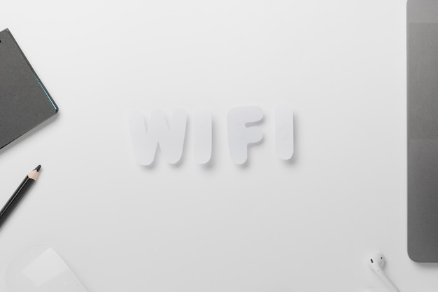 Wifi spiegato sulla scrivania con pastello