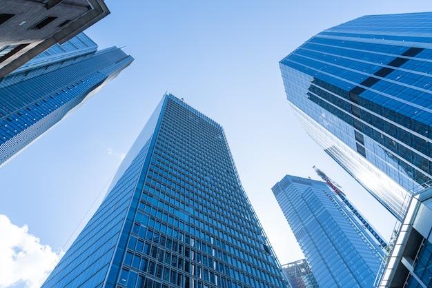 Windows dell'ufficio di affari del grattacielo con cielo blu