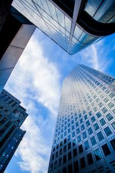 Windows della costruzione corporativa dell'ufficio di affari del grattacielo nella città inghilterra regno unito di londra