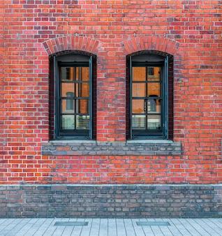 Windows in un muro di mattoni rossi