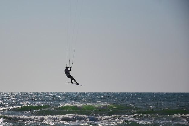 Windsurf, divertimento nell'oceano, sport estremo sullo sfondo del mare