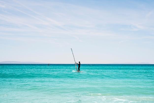 Windsurf in una spiaggia tropicale
