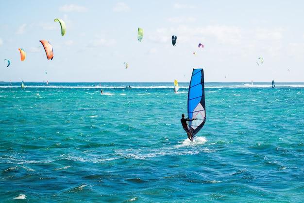 Windsurf sulla spiaggia di le morne a mauritius