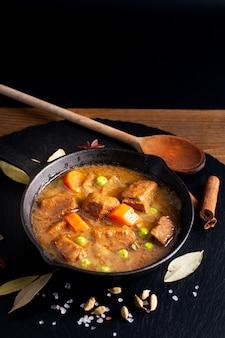Winter food concetto fatto in casa stufato di manzo biologico o bourguignon in ghisa skillet