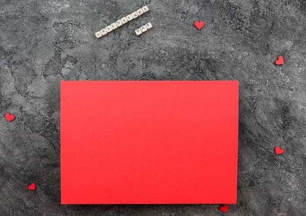 Wish-leaf rosso su uno sfondo grigio. tema di san valentino