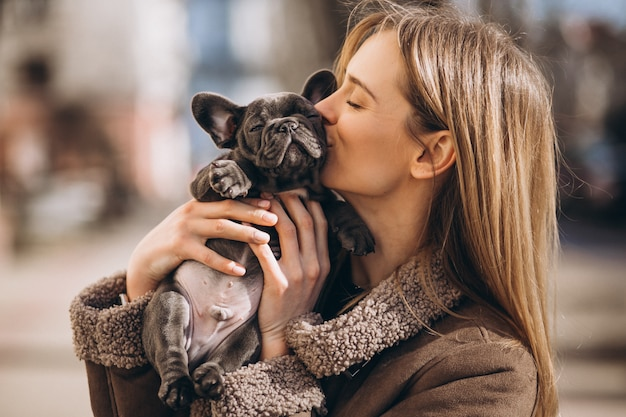 Woaman con il bulldog francese