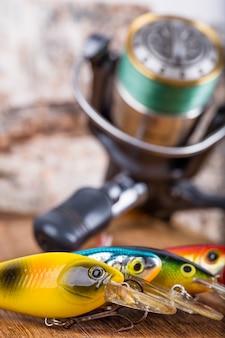 Wobblers delle esche di pesca del primo piano con la bobina