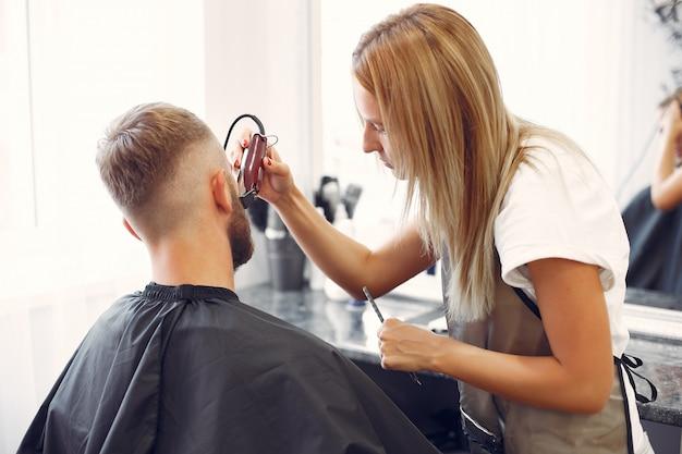 Woma si rade la barba da uomo in un barbiere