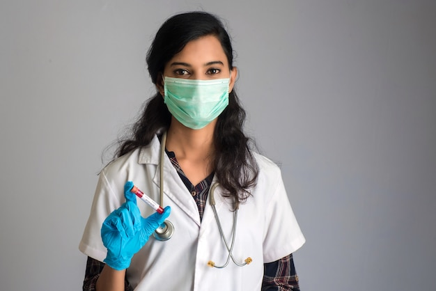 Woman doctor in possesso di una provetta con campione di sangue per coronavirus o analisi 2019-ncov.