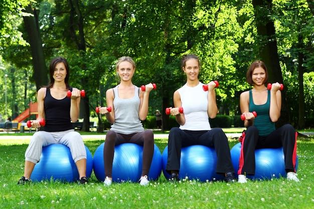 Womans giovani e attraenti facendo esercizi di fitness