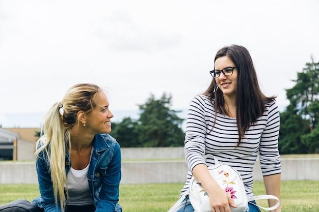 Womens che chiacchierano nel cortile