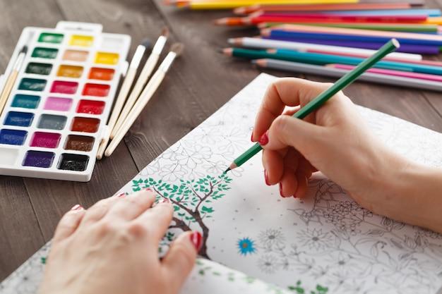 Wonam che si distende dipingendo il libro da colorare