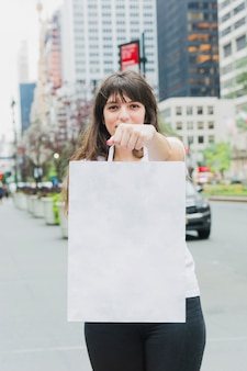 Wonan tenendo in mano la borsa della spesa bianca