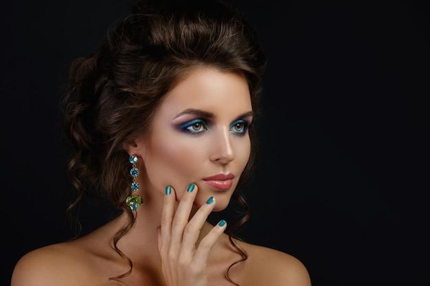 Woung donna che indossa bellissimi orecchini con pietre preziose