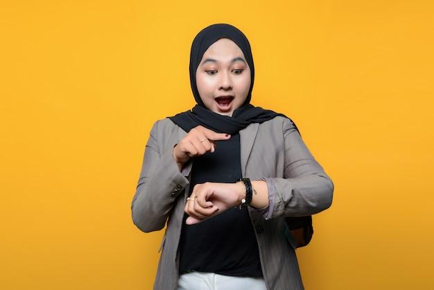 Wow e volto sorpreso della donna asiatica che guarda orologio