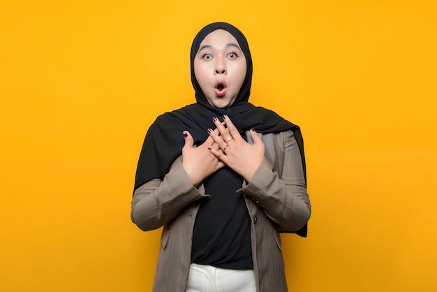 Wow e volto sorpreso della donna asiatica sul giallo