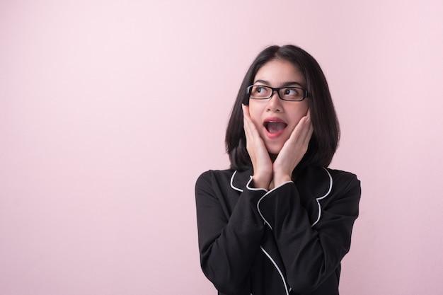 Wow! espressione del viso sorpreso donna asiatica.