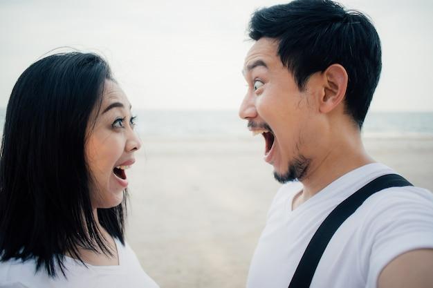 Wow faccia del turista delle coppie sul viaggio romantico della spiaggia.