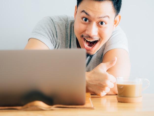 Wow face of man usa il portatile.
