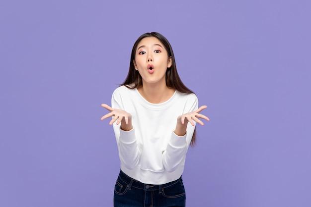 Wow ha sorpreso la giovane ragazza asiatica con entrambe le mani aperte