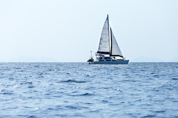 Yacht con vele bianche nel mare