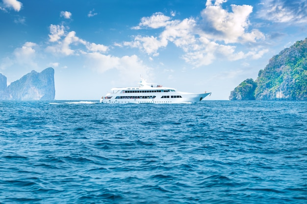 Yacht di lusso nell'isola rotonda del mare vicino all'isola di phi phi, tailandia.