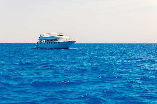 Yacht di lusso sul mare