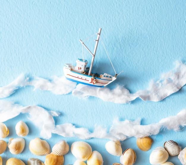 Yacht di souvenir mentre galleggia su onde di cotone idrofilo