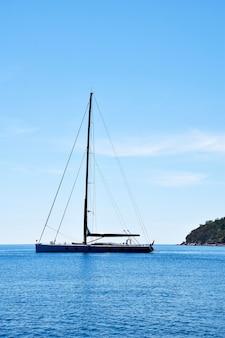Yacht in mare, thailandia