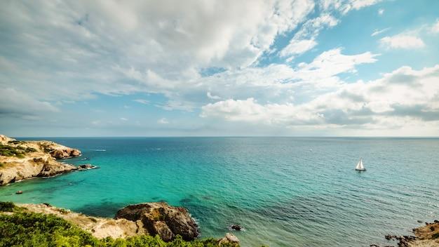 Yacht nella baia del mare tropicale blu