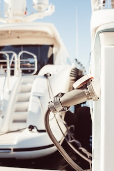 Yacht ormeggiati carichi di carburante ed elettricità