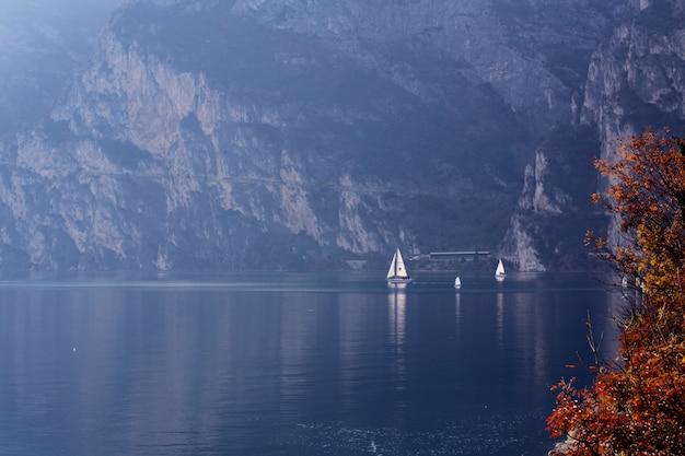 Yacht sul lago garda italia nel giorno soleggiato di autunno